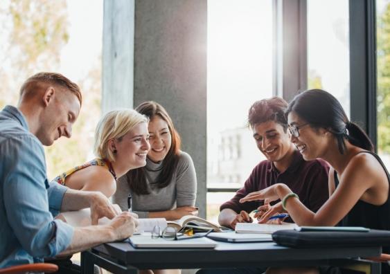 新南威尔士大学商学院Scientia教授John Piggott表示,通过教育,澳大利亚吸引技术移民--这是一项有针对性的永久移民政策,围绕着那些有天赋和受过培训的人。