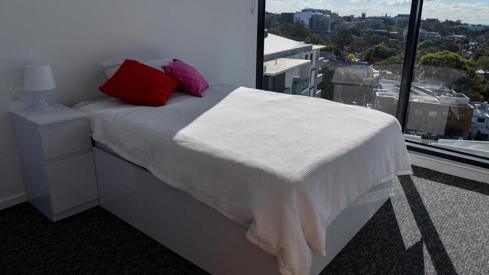 澳洲大学敦促联邦认可中国疫苗。学生隔离宿舍内景曝光,单间包括卧室、厨房、浴室……